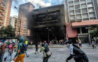 La oposición marchó este sábado en Caracas y otras ciudades hacia instalaciones militares, en otra jornada de protestas contra el gobernante socialista.Foto: AFP