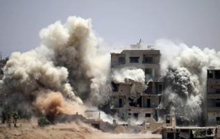 Al menos 30 civiles murieron este miércoles en bombardeos aéreos contra una localidad siria ocupada por el grupo yihadista Estado Islámico. Foto: AFP