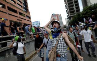 """Desde este lunes los ciudadanos han tomado previsiones para superar el llamado a """"paro cívico"""" y se han abastecido con alimentos y productos básicos. Foto: Reuters"""