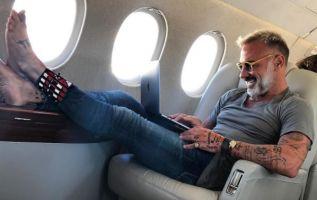 El empresario compartió una imagen en la que aparece cómodamente sentado en un avión privado. Foto: Instagram