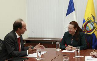 La exposición la hizo la ministra de Exteriores y Movilidad Humana, María Fernanda Espinosa, en una reunión que mantuvo con el embajador de Francia en Quito, Jean Bautiste Chauvin. Foto: Cancillería