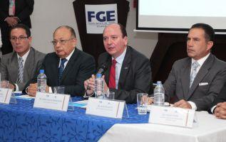 El fiscal Baca junto con el gerente de Petroecuador, Carlos Tejada, se pronunciaron por el dictamen abstentivo. Foto: Fiscalía