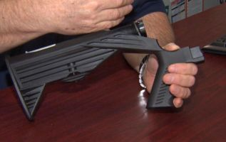 Los dispositivos pueden colocarse en las armas semiautomáticas para que disparen más rápido. Foto: The truth about guns.