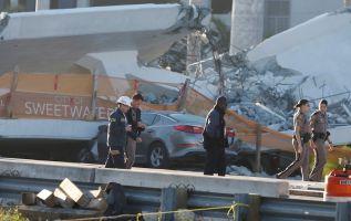 Al menos ocho vehículos quedaron atrapados bajo el puente. Foto: Reuters