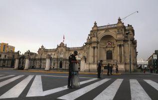 Guardia de la policía peruana frente al Palacio de Gobierno. Foto: Reuters