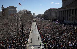 Multitudes toman calles de EEUU contra el libre acceso a las armas de fuego. Foto: AFP