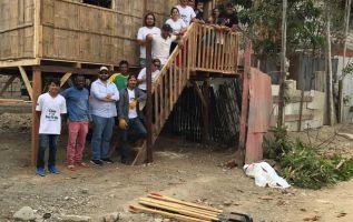 Jóvenes luchan por construir casas para los más necesitados.