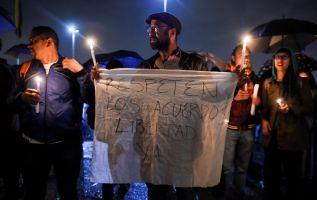 Los partidarios de las FARC se manifestaron en los alrededores de la Fiscalía General de Bogotá el 9 de abril de 2018 contra el arresto del ex negociador de paz de las FARC. Foto: AFP