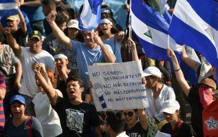 """Asimismo, coreaban """"libertad"""" y """"que se vayan"""" del poder Ortega y su esposa y vicepresidenta, Rosario Murillo. Foto: AFP"""