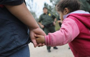 La normativa de separar las familias inmigrantes es implementada por las autoridades fronterizas estadounidenses. Foto: AFP