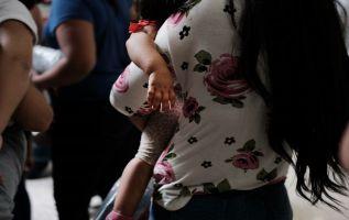 Estos niños siguen separados en centros de detención u hogares de acogida. Foto: AFP