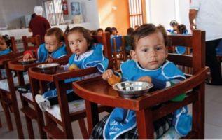 Los niños atendidos en los Centros de Desarrollo Infantil, las guarderías estatales, registran la misma tasa de desnutrición que el promedio nacional, de 24 por ciento, a pesar de recibir alimentos. Foto: MIES
