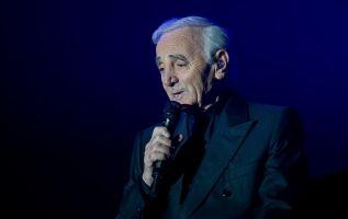 Aznavour, cuyos cabellos canosos le aportaban una irresistible aura de veneración, falleció a los 94 años. Foto: AFP