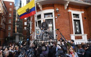 A pesar de que está protegido por Ecuador, Assange está incomunicado dentro de la legación desde marzo pasado. Foto: AFP