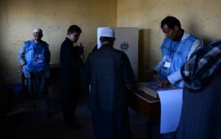 """El kamikaze """"fue visto cerca de un centro de votación en Kabul y accionó su cinturón de explosivos"""", dijo Basir Mujahid, el portavoz de la policía de la capital. Foto: AFP"""
