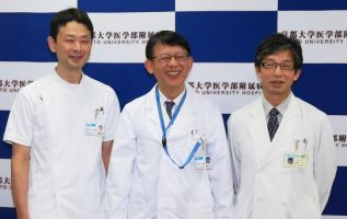 TOKIO, Japón.- Takayuki Kikuchi,Ryosuke Takahashi y Jun Takahashi, los científicos de la Universidad de Kyoto que tuvieron a su cargo el trasplante de células madres a un paciente con Parkinson. Foto: AFP.