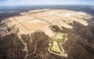 Por la preparación y mantenimiento del sitio donde se levantaría la refinería, es decir por la gran planicie se pagó $ 303 millones.