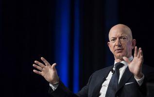Bezos, el hombre más rico de la tierra, es propietario del Washington Post. Foto: AFP