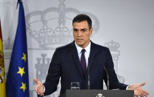 """""""Les anuncio que (...) he propuesto la disolución de las cámaras y la convocatoria de elecciones generales para el día 28 de abril"""", dijo en Madrid el mandatario. Foto: AFP"""