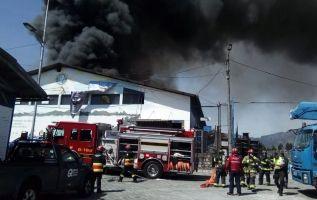 Incendio estructural en el sector de El Dorado en Quito. Foto: Bomberos Quito