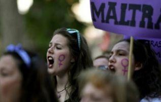 """La sentencia destaca que la chica sufrió """"intimidación ambiental"""", al verse """"acorralada"""" en una habitación por los tres chicos. Foto: AFP"""