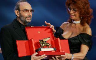 En esta foto de archivo tomada el 11 de septiembre de 2004, Donen recibe el Golden Lion por su carrera de la estrella de cine italiana Sophia Loren. Foto: AFP