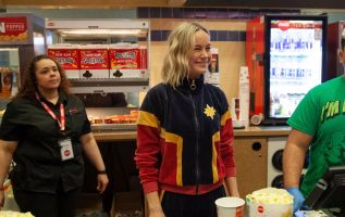 Brie Larson sorprendió a los asistentes de un cine en New Jersey.
