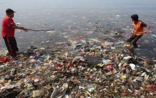 Un hombre adulto ingiere de promedio hasta 52.000 micropartículas de plástico al año. Foto: AFP.