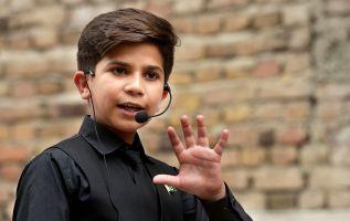 Safi viste elegantemente y es un buen orador. Pero su mayor activo es su edad: tiene 12 años. Foto: AFP