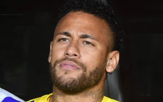 La defensa de Neymar asegura que fueron los asesores del futbolista quienes publicaron en redes sociales los mensajes de la modelo. Foto: AFP.
