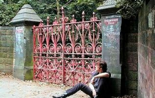 Los visitantes de Strawberry Field, además de los jardines, pueden visitar una exposición de la historia del lugar y sus lazos con Lennon.