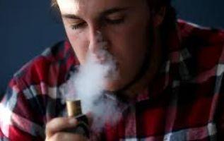 Los 17 pacientes examinados habían vaporizado, y el 71% lo había hecho con marihuana o aceite de cannabis. Dos de ellos murieron. Foto: AFP.