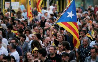 Las acciones de protesta callejera seguirán toda la semana hasta la huelga general del viernes. Foto: AFP.