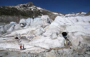 Un estudio advierte que si no se reducen las emisiones de gas invernadero los 4.000 glaciares alpinos se reducirán en más de un 90% a finales de siglo. Foto: AFP.
