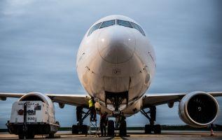 Decenas de sus aviones Boeing 737 NG no podrán volar hasta que se reparen las fisuras en su estructura. Foto: AFP.