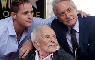 El actor Kirk Douglas cumple 103 años y se convierte en la estrella de Hollywood más longeva en la actualidad.
