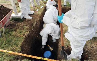 """La justicia especial de paz en Colombia excava un cementerio donde, según la versión de un militar, hay una fosa común con """"más de 50 civiles"""". Foto: AFP."""
