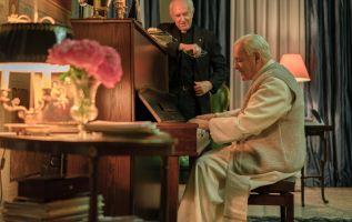 """Jonathan Pryce y Anthony Hopkins dan vida a los papas Francisco y Benedicto XVI en """"Los dos papas""""."""