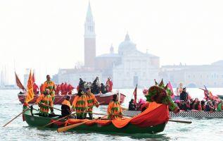 Venecia inició los festejos de su carnaval. Foto: AFP.
