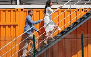 La pareja despidió al equipo de su oficina en el Palacio de Buckingham. Foto: AFP