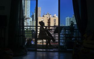 Ciudad de Panamá. Desde los rascacielos, los panameños se redimen ante la cuarentena general.