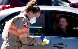 La transmisión por vía aérea daría una explicación a la largamente investigada alta tasa de contagio. Foto: EFE.