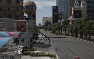 La multitud bulliciosa de juerguistas borrachos, mesas de póquer abarrotadas e insistentes promotores de clubes nocturnos parecen ser recuerdos lejanos en el Strip (Franja) de Las Vegas. Foto: AFP.