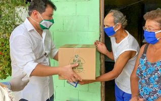 El asambleísta provincial y presidente del Legislativo, César Litardo, inició la entrega de la ayuda humanitaria en su territorio, la provincia de Los Ríos.