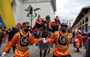 La Mama Negra recorre las calles de Latacunga el 24 de septiembre como acto de devoción a la Virgen de La Merced. Fotos: EFE.