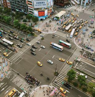 Quienes viven en una ciudad con tráfico están expuestos al humo de los carros y al ruido extremo.Foto: Pexels