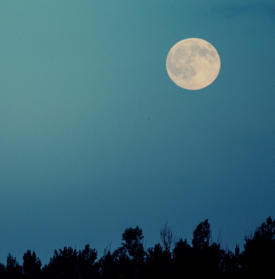 Según esta teoría, una quinta parte de la Luna procede de la Tierra y el resto del segundo cuerpo. Foto referencial: Pexels.