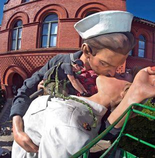 La escultura se inspira en foto de marinero y enfermera besándose tras fin de la II Guerra Mundial. Foto: @thefloridakeys.