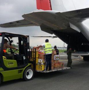 GUAYAQUIL, Ecuador.- Los productos fueron transportados en un avión Hércules de la FAE C130, que salió desde la Base Aérea Simón Bolívar. Foto: Twitter