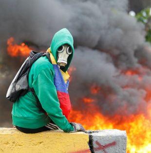 El gobierno y la oposición se responsabilizan mutuamente por la violencia que deja, además de los fallecidos, cientos de detenidos y heridos. Foto: Reuters.